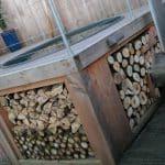 de hoek van de houten hottub